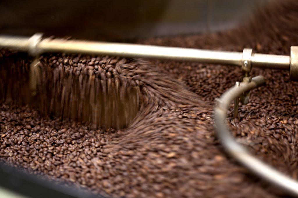 Frisch gerösteter Kaffee im Kühlschiff.