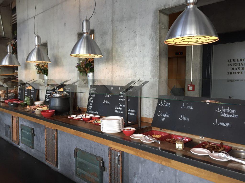 Theke 25hours Hafencity Hamburg Hotel Frühstück