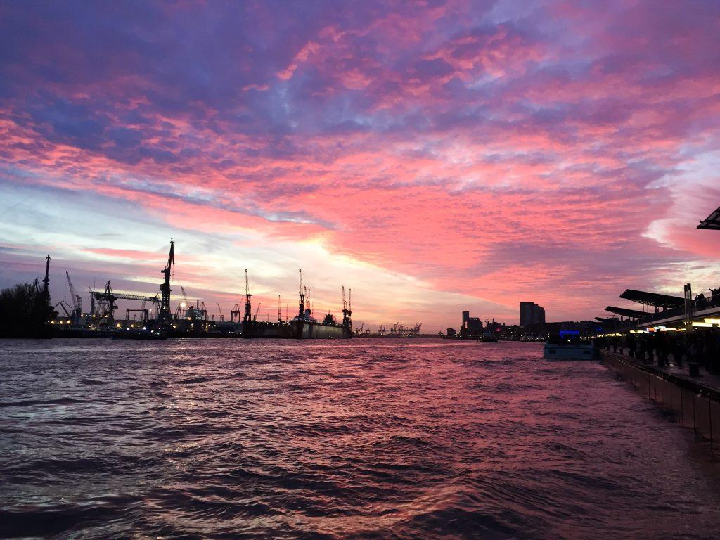 Hamburg Städtetrip Tipps Wochenende Sonnenuntergang Elbe Hafen