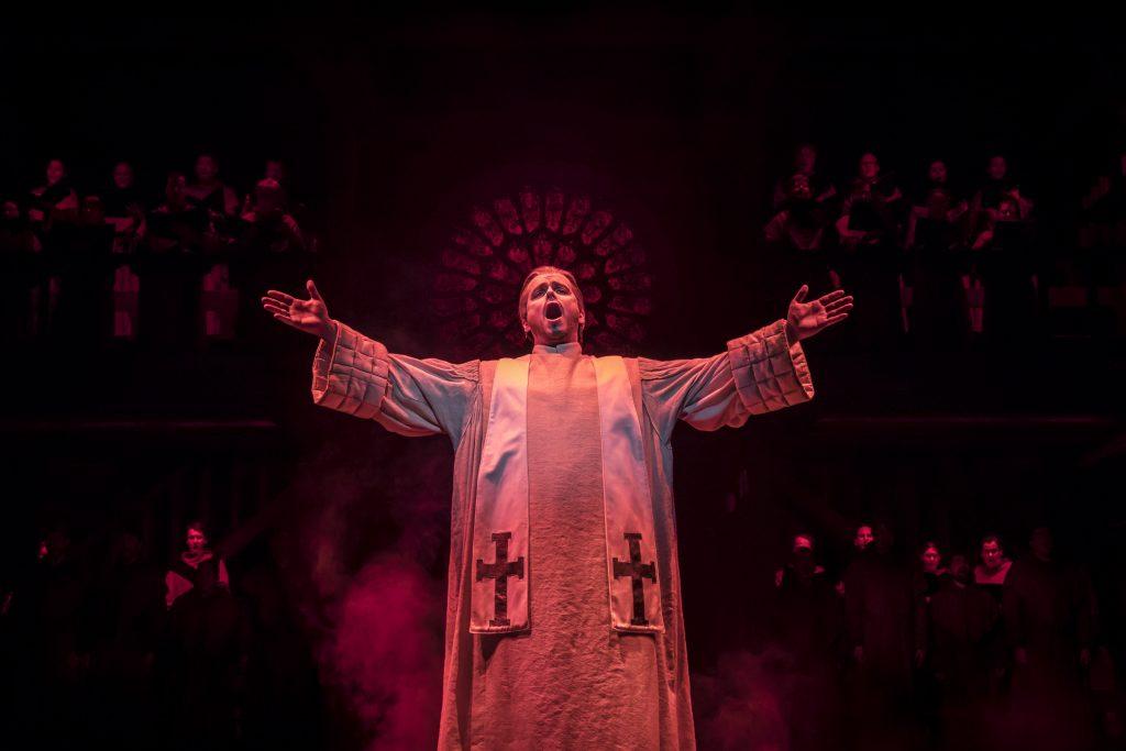 GloecknerVonNotreDame_DeutschesTheaterMuenchen_2017__FEUER_DER_HOELLE_-_Felix_Martin_as_Frollo_-_Photo_Johan_Persson___c_Disney